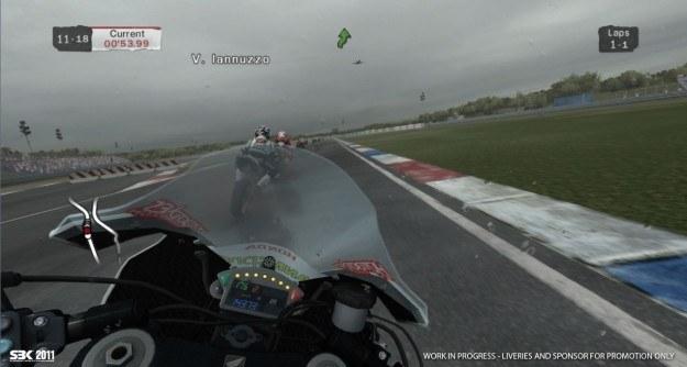 Widok zza kierownicy pozwala poczuć namiastkę adrenaliny, jaka towarzyszy uczestnikom wyścigów /Informacja prasowa