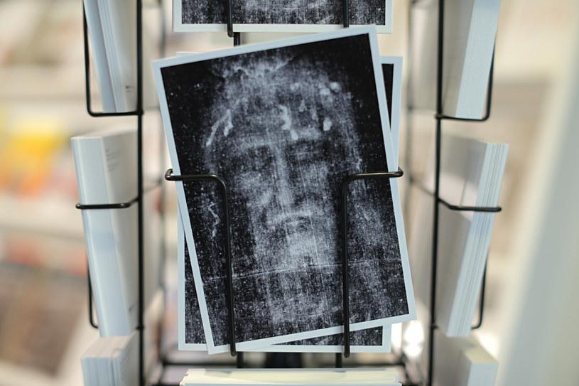 Widokówka z podobizną znajdującą się na całunie /AFP