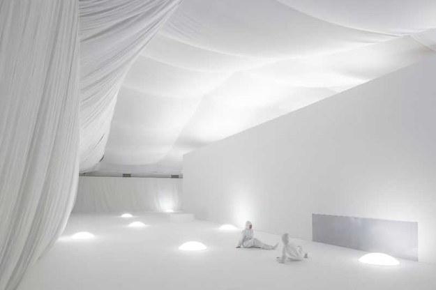 Widz wchodzi do białej przestrzeni. Musi założyć biały kostium oraz zostawić telefon komórkowy /© Kuva: HAM/Maija Toivanen /