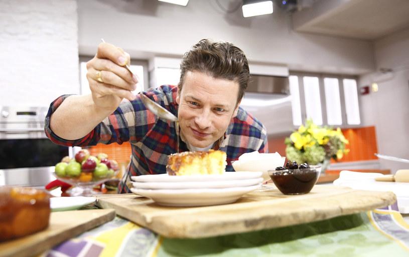 Widzowie uwielbiają programy, w których Jamie Olivier gotuje i popowiada o kuchni! /Getty Images