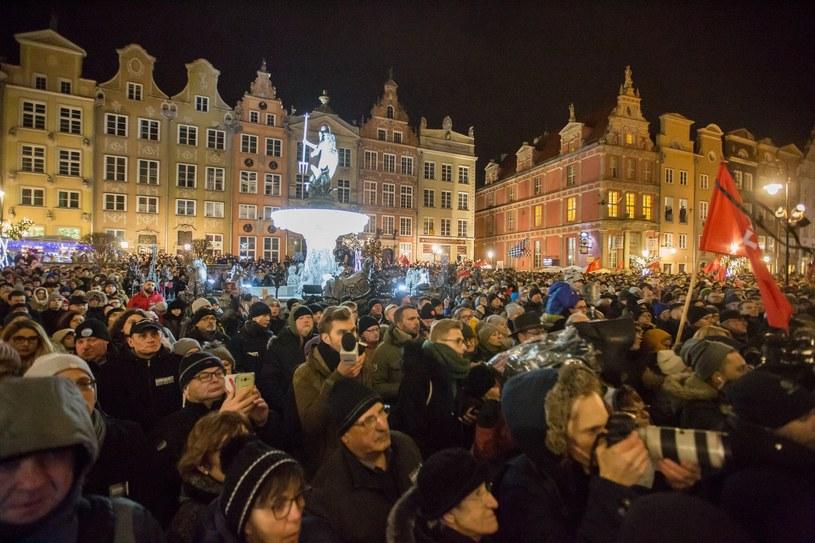 Wiec Przeciwko Nienawiści i Przemocy na Długim Targu w Gdańsku, zorganizowany po tragicznym ataku na prezydenta miasta Pawła Adamowicza /Piotr Hukalo/East News /East News