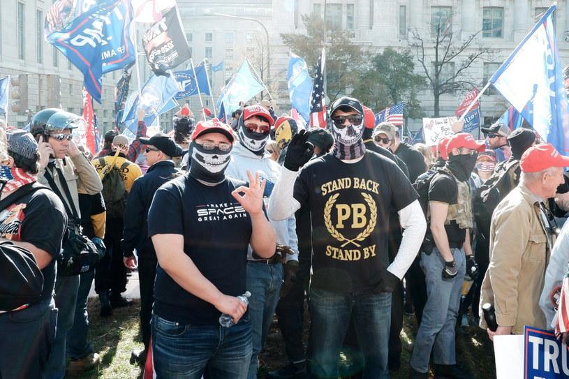 Wiec zwolenników Donalda Trumpa. Mężczyzna po prawej ubrany jest w koszulkę Proud Boys. /GAMAL DIAB /PAP/EPA