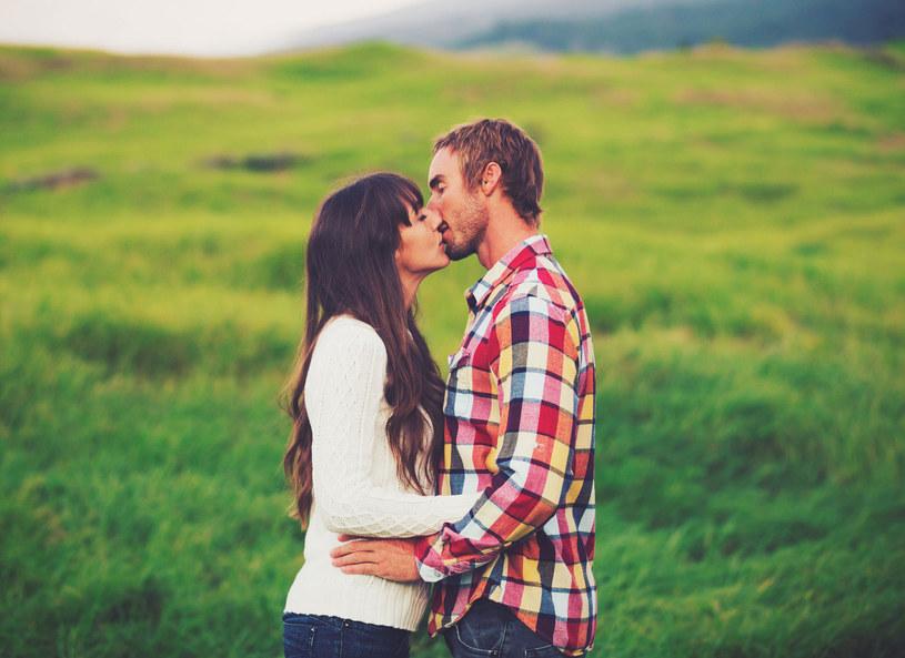 więcej jest przypadków zachorowania poprzez np. dotykanie brudnych drzwi i klamek, niż poprzez całowanie /Picsel /123RF/PICSEL