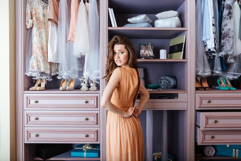 Więcej rzeczy w garderobie to więcej dylematów /123RF/PICSEL