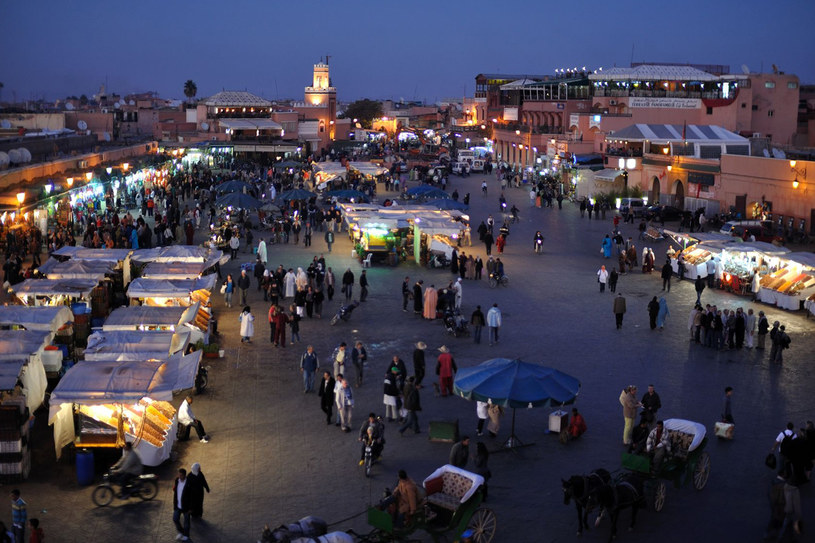 Wieczór na placu Dżemaa El-Fna /123RF/PICSEL