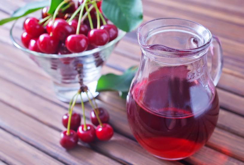 Wieczorem, zamiast ciepłego mleka, wypij sok z wiśni /123RF/PICSEL