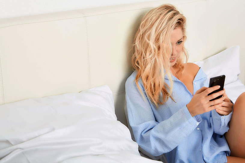 Wieczorne esemesowanie może szkodzić... twojej skórze /123RF/PICSEL