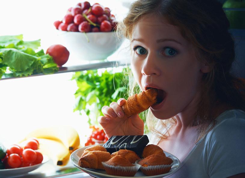 Wieczorne podjadanie może świadczyć o zaburzeniach odżywiania /123RF/PICSEL