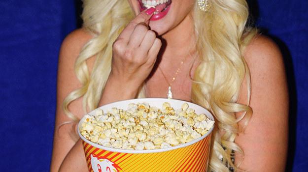 Wieczorny seans z popcornem /Getty Images