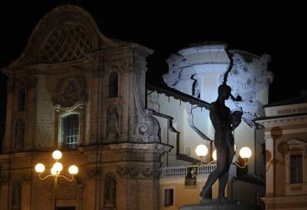 Wieczorny wstrząs spowodował dalsze uszkodzenie kościoła w centrum  L'Aquili /AFP