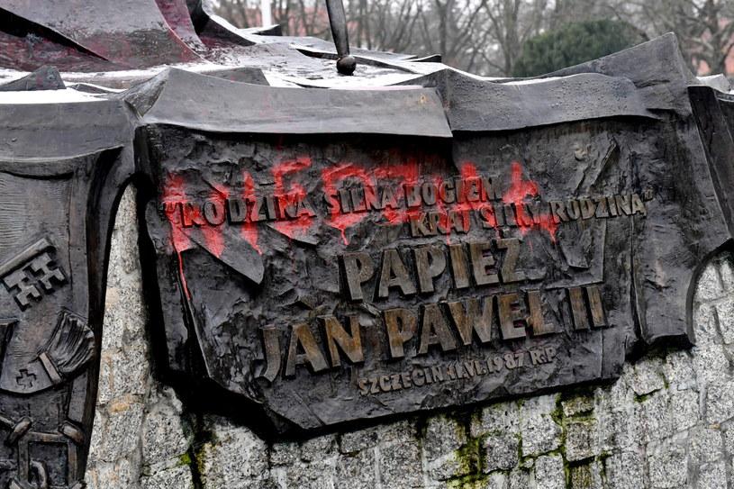 """""""Wiedział"""" dopisał ktoś na pomniku Jana Pawła II w Szczecinie / Marcin Bielecki    /PAP"""
