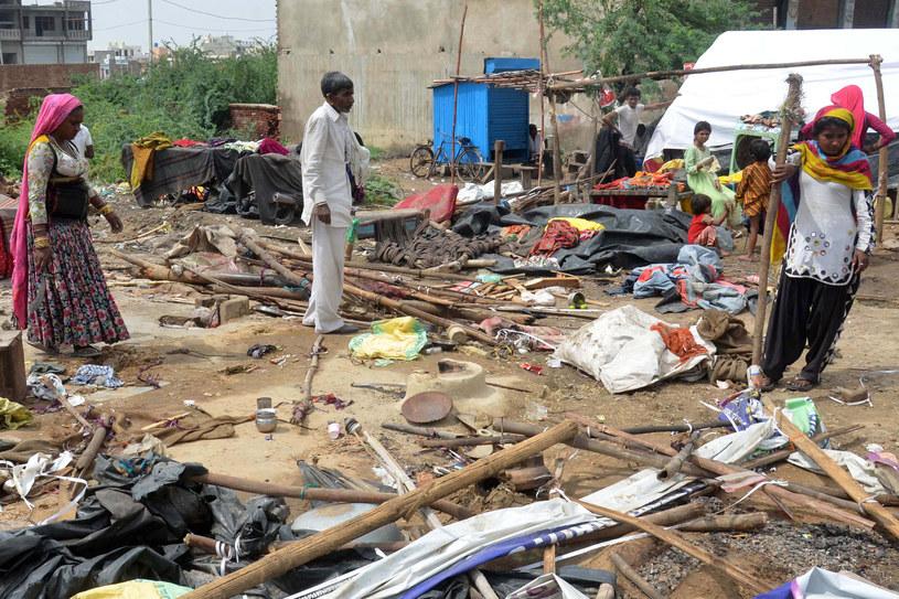 Wiejące z dużą prędkością wiatry i błyskawice zniszczyły kilka wsi, powaliły drzewa i budynki /VISHAL /PAP/EPA