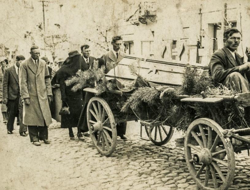 Wiejski kondukt pogrzebowy w latach 30. /domena publiczna