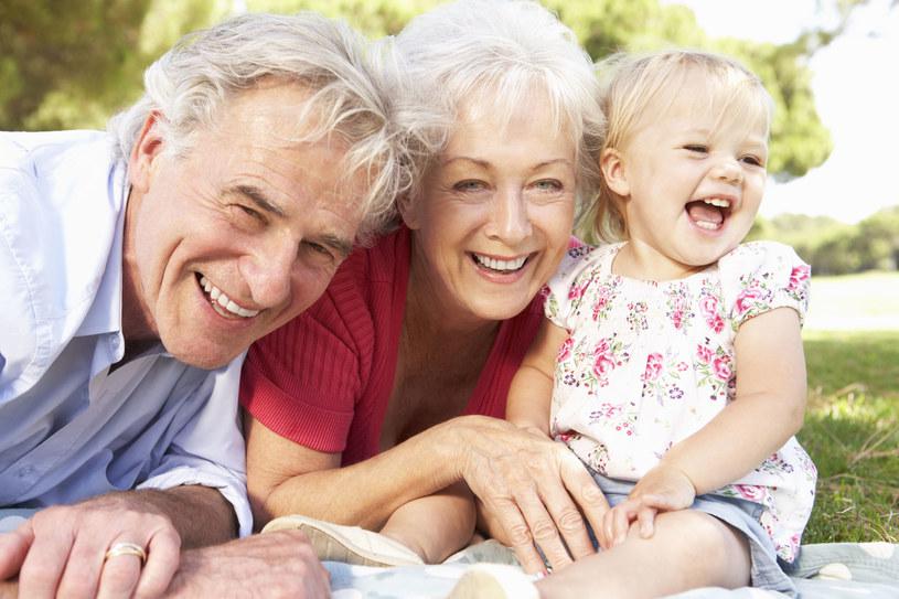 Wiek i kłopoty z fizjologią nie powinni odbierać seniorom radości życia /123RF/PICSEL