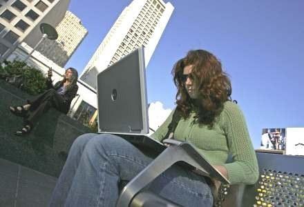Większość Amerykanek nie przeznaczyłaby czasu spędzonego przed komputerem na kontakty z partnerem... /AFP