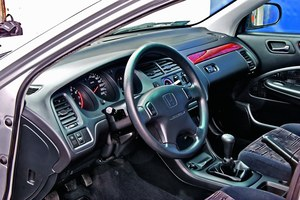 """Większość aut ma manualną """"klimę"""", automatyczna jest rzadkością. Sporo Accordów ma fabryczne radio. /Motor"""