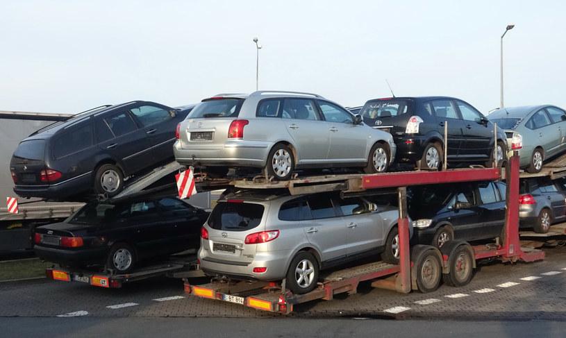 Większość aut przyjeżdża z Niemiec. Ale kierunki, z których importowane są samochody, potrafią być bardzo egzotyczne /Wojtek Laski /East News