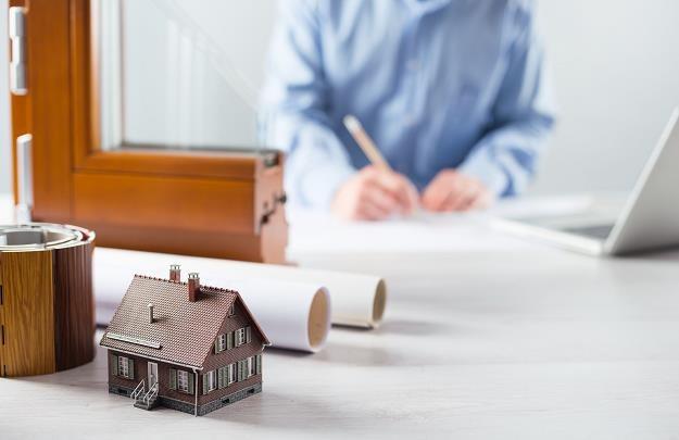 Większość inwestorów zastanawia się, czy warto zakupić okna trójwarstwowe /©123RF/PICSEL