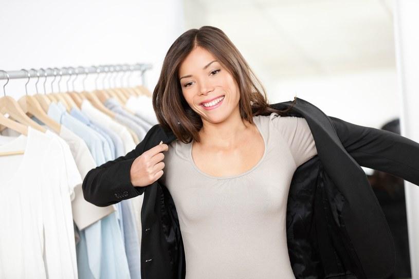 Większość kobiet otula się w jesienne dni w szare, czarne i brązowe ubrania /123RF/PICSEL