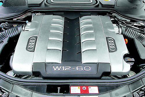 Większość napraw dwunastocylindrowego silnika W12 wymaga wyjęcia go z samochodu. /Audi