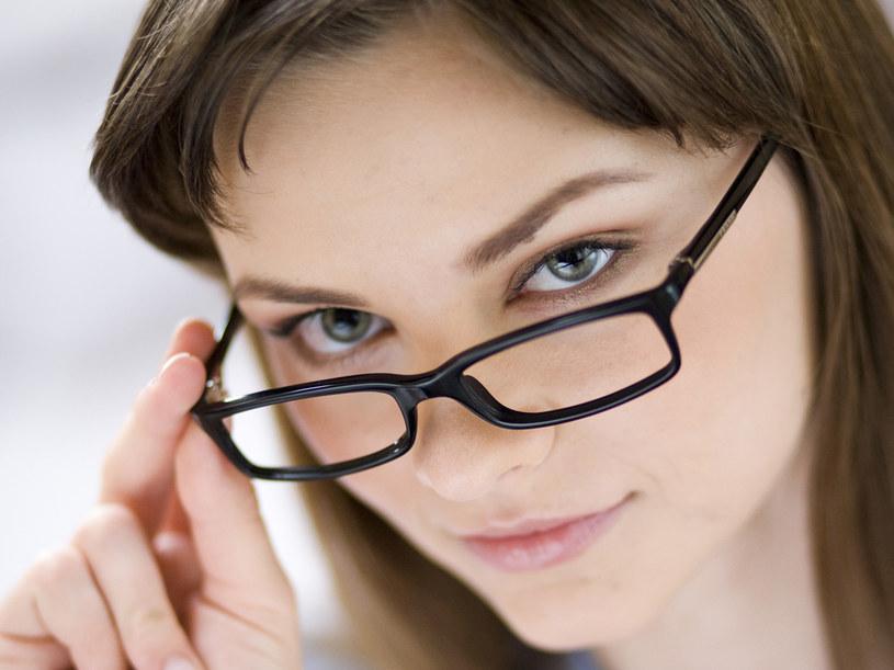 Większość osób mających wady wzroku nie lubi okularów  /© Bauer