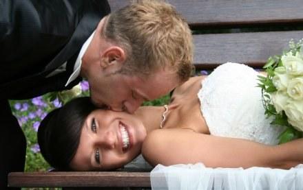 Większość par chce mieć ślub w plenerze /© Panthermedia