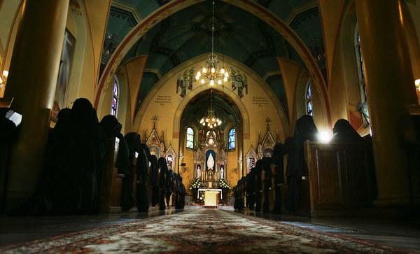 Większość Polaków uczestniczy w wielkopostnych i wielkanocnych praktykach religijnych. /AFP