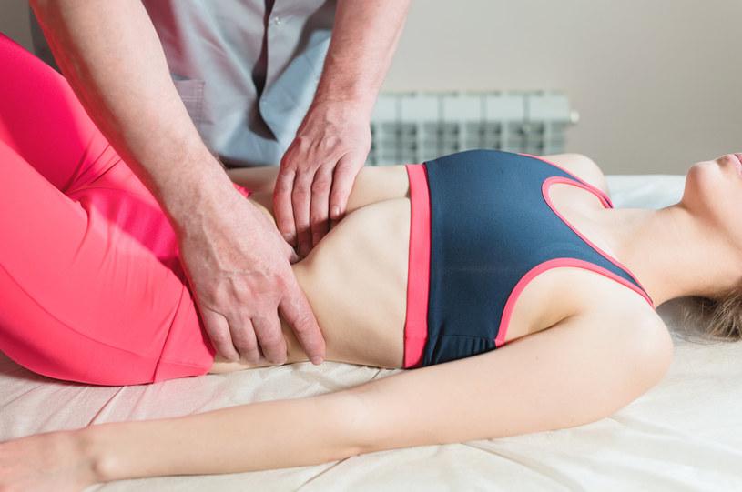 Większość technik stosowanych przez osteopatów ma na celu zminimalizowanie bólu i poprawienie komfortu pacjenta /123RF/PICSEL