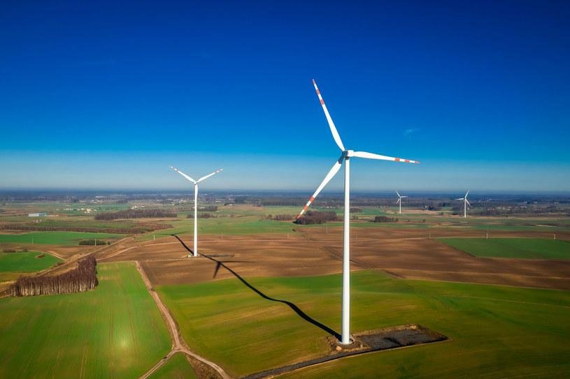 Większość turbin wiatrowych może wytrzymać wiat o prędkości 190 km/h do ponad 250 km/h /123RF/PICSEL