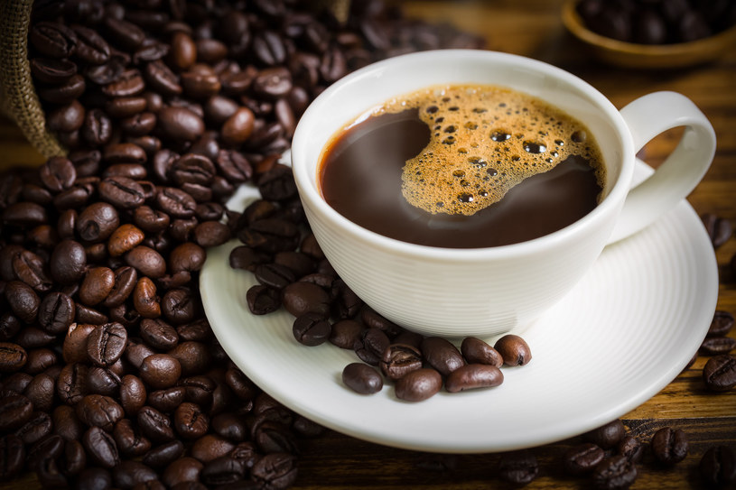 Większość z nas nie wyobraża sobie dnia bez przynajmniej jednej filiżanki kawy /123RF/PICSEL