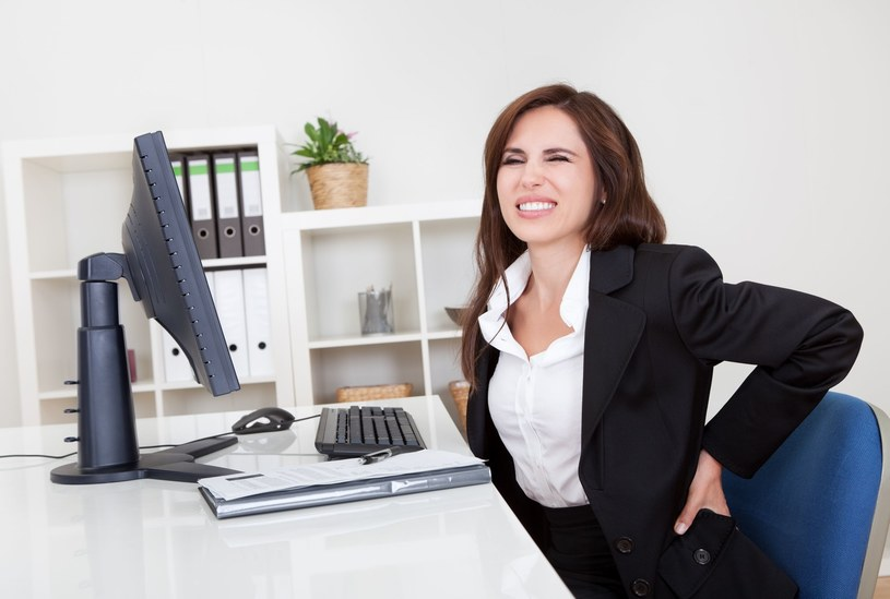 Większość zasygnalizowanych lekarzowi odpowiednio wcześnie schorzeń, które są związane z siedzącym trybem życia i pracą biurową, da się skutecznie wyleczyć /123RF/PICSEL