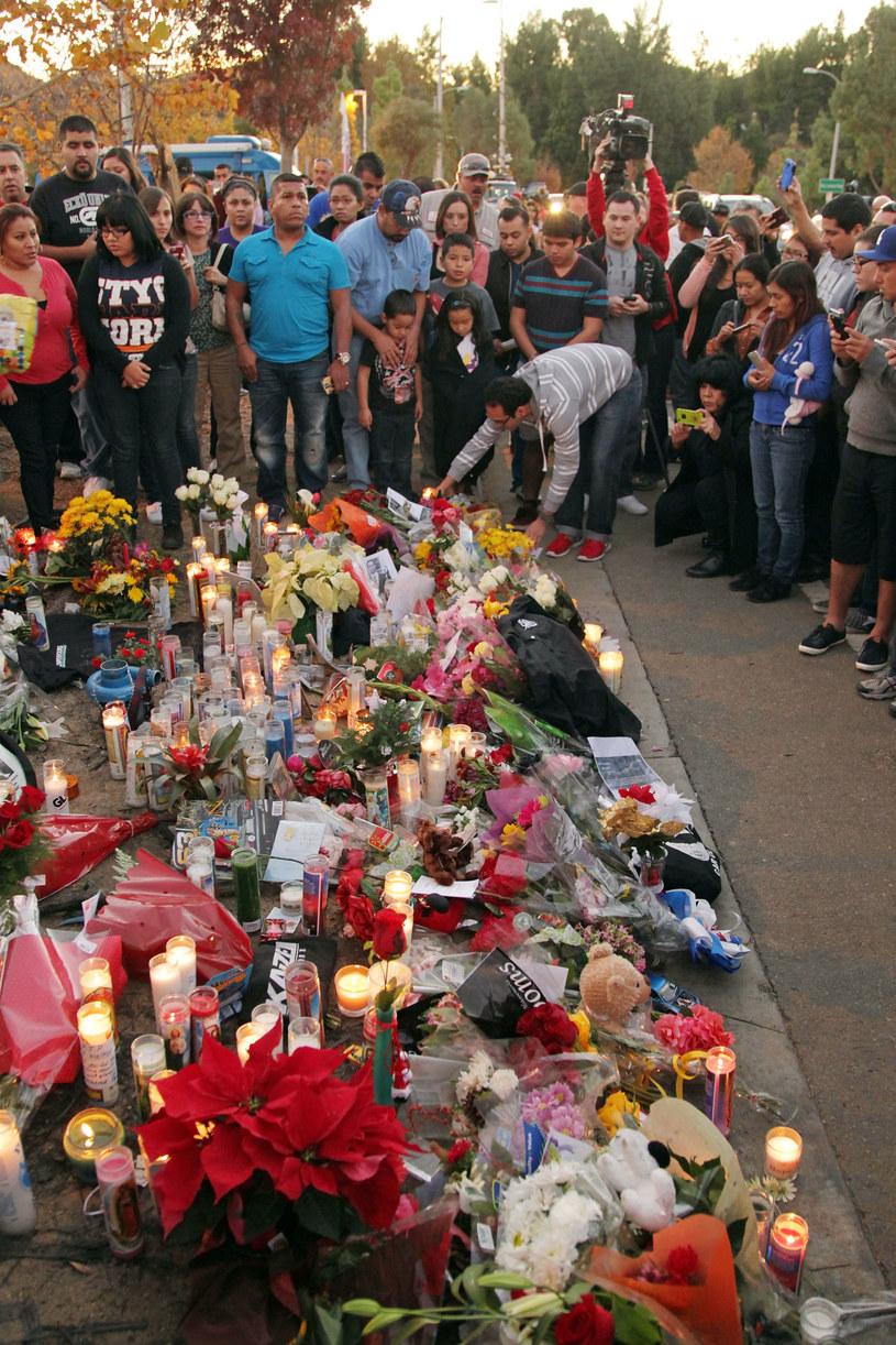 Wielbiciele aktora na miejscu wypadku składają kwiaty i palą znicze /David Buchan /Getty Images