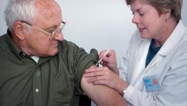 Wiele chorób i długa lista leków. Czy każdy senior może się szczepić przeciw Covid-19?