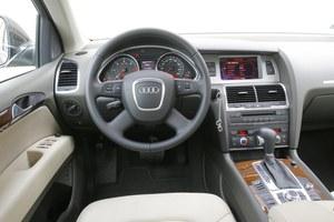 Wiele elementów wnętrza przejęto z modelu A6. Te same są również szlachetne materiały i bardzo wysoka jakość wykończenia. /Motor