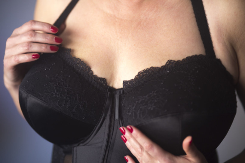 Wiele kobiet zapomina o tym, aby zadbać o skórę na dekolcie /123RF/PICSEL