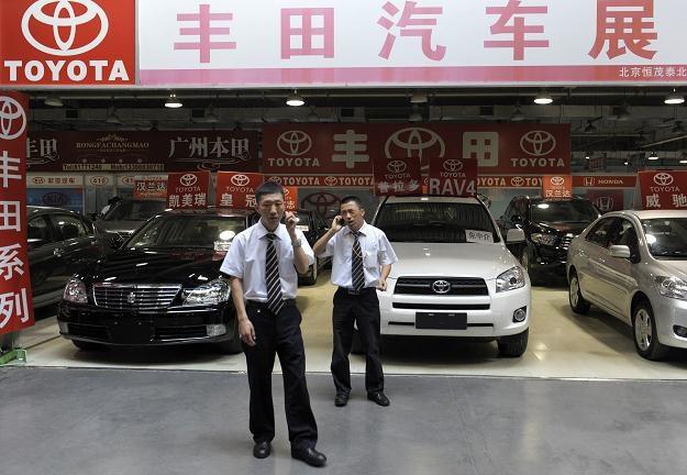 Wiele koncernów wstrzymało produkcję /AFP