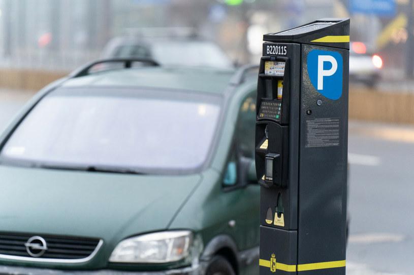Wiele miast coraz częściej traktuje kierowców jak zło. Zabiera się im pasy ruchu, wprowadza szykany na drogach, likwiduje miejsca parkingowe i podnosi opłaty za parkowanie /Jakub Wosik  /Reporter