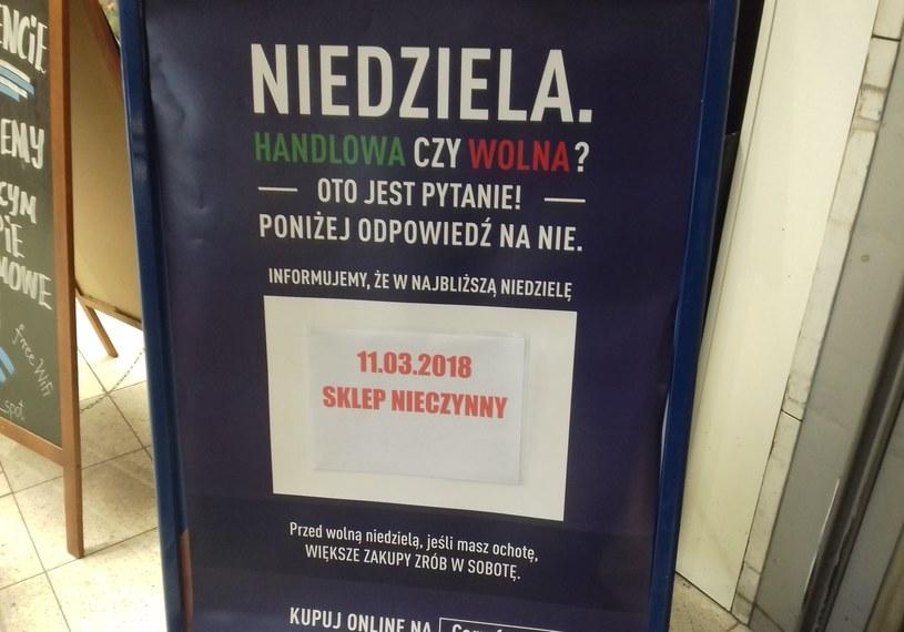 Wiele miejsc już informuje o zamkniętych sklepach i zachęca do większych zakupów w soboty. /INTERIA.PL