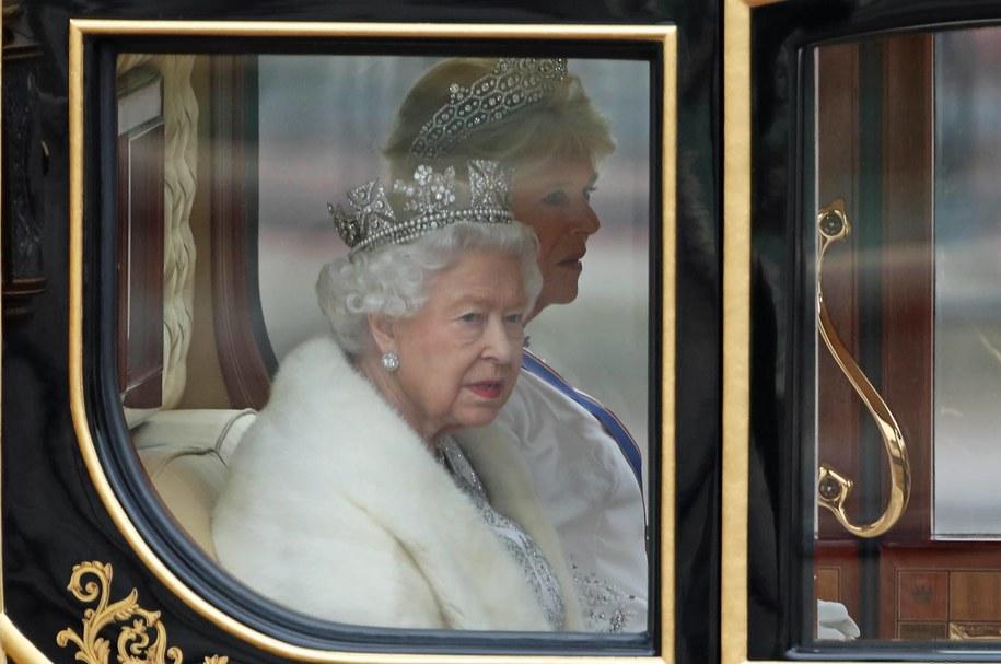 Wiele oficjalnych strojów królowej ma elementy z naturalnych futer /YUI MOK /PAP/EPA