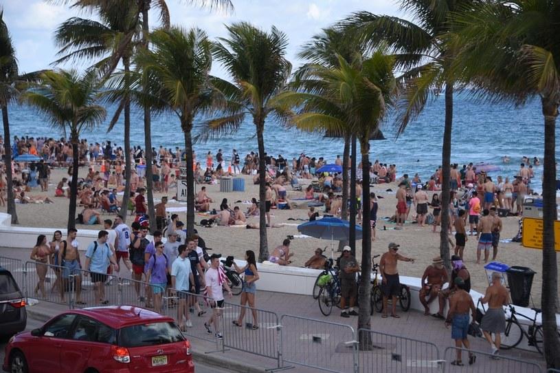 Wiele osób na plaży nie stosowało się do wytycznych mających na celu ograniczanie rozprzestrzeniania się epidemii /Michele Eve Sandberg/MEGA / The Mega Agency / Forum /Agencja FORUM