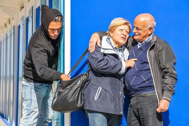 Wiele osób pada ofiarą kieszonkowców, których metody często przypominają sztuczki iluzjonistów /©123RF/PICSEL