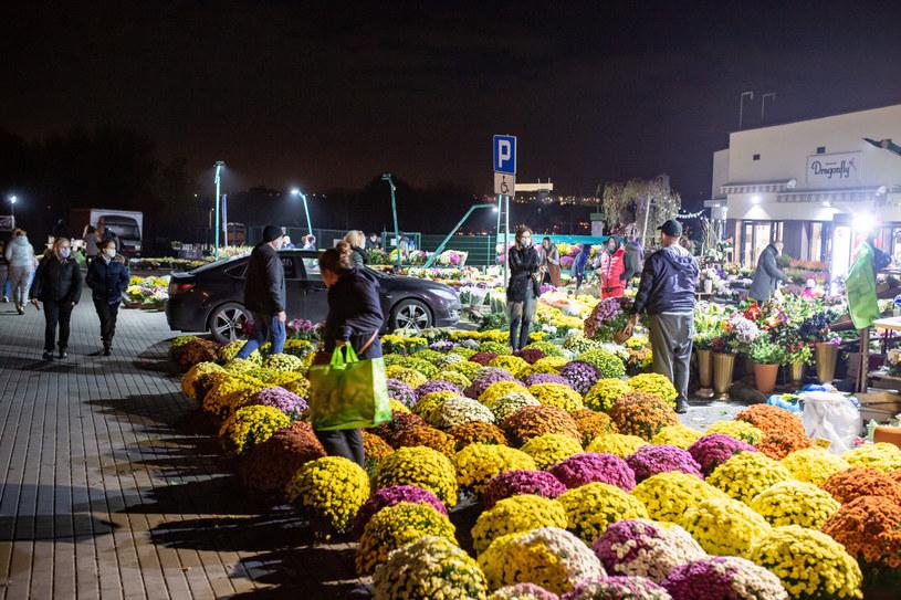 Wiele osób postanowiło wybrać się w nocy na groby po tym, jak rząd podjął decyzję o zamknięciu cmentarzy w okresie Wszystkich Świętych /Piotr Hukało /East News