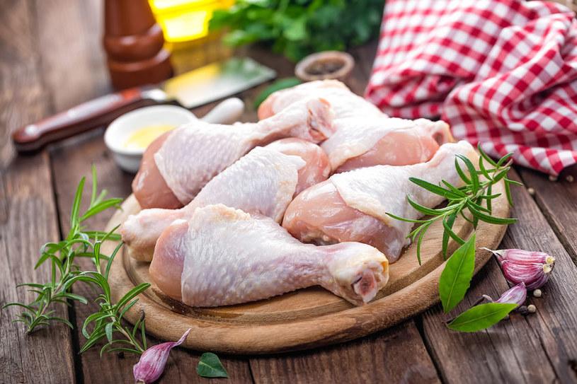 Wiele osób przed gotowaniem niepotrzebnie myje mięso /123RF/PICSEL