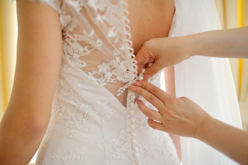 Wiele panien młodych miesiącami, a nawet latami szuka tej jedynej i niepowtarzalnej sukni. Suknia ślubna /123RF/PICSEL