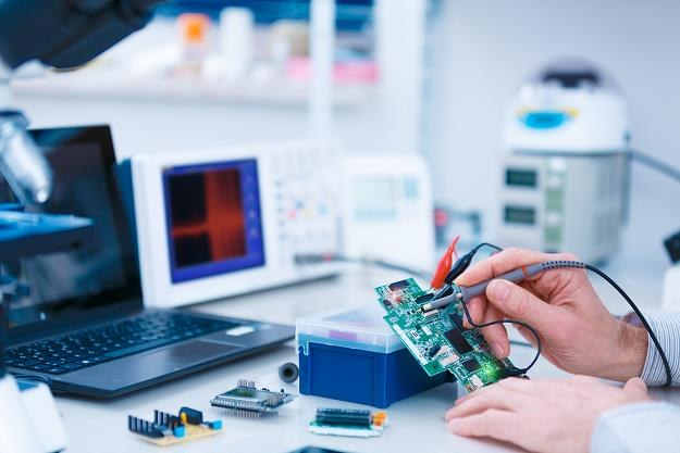 Wiele produktów elektronicznych stwarza zagrożenie dla zdrowia i zycia /©123RF/PICSEL