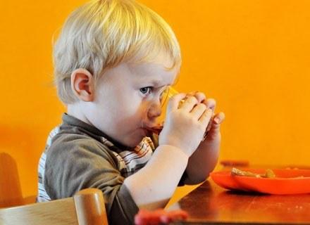 Wiele przysmaków do picia, których opakowania kuszą najmłodszych, zawiera znikomą ilość witamin /© Panthermedia