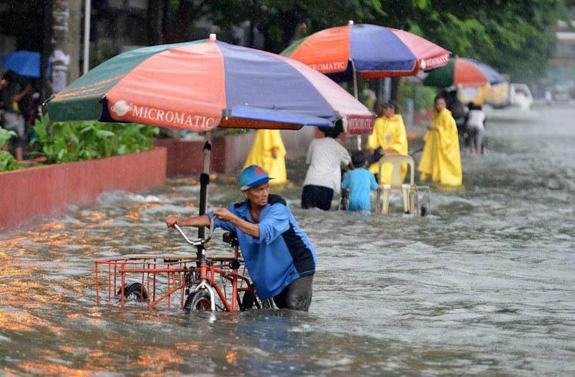 Wiele rejonów Manili jest zupełnie zalanych /AFP