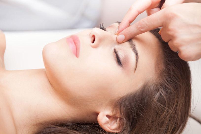 Wiele salonów oferuje akupresurę. Warto upewnić się, czy chodzi o masaż stóp, czy całego ciała. Najlepiej oddać się w ręce doświadczonego fizjoterapeuty. /123RF/PICSEL