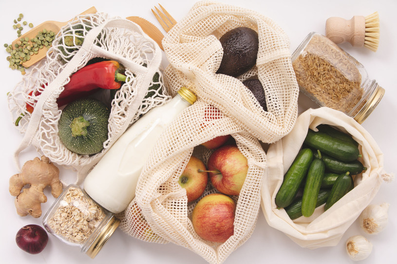 Wiele sklepów ma już przystosowany dział z warzywami do osób noszących swoje torby /123RF/PICSEL