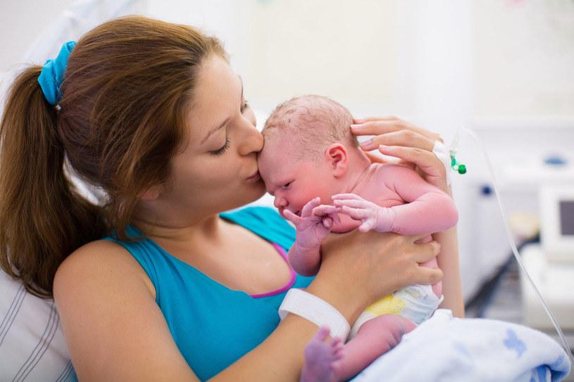 Wiele szpitali nie gwarantuje rodzącym przysługujących im praw /123RF/PICSEL
